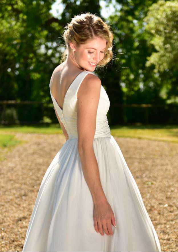 A-Line/Princess V Neck Sleeveless Knee-Length Chiffon Wedding Dress With Sashes