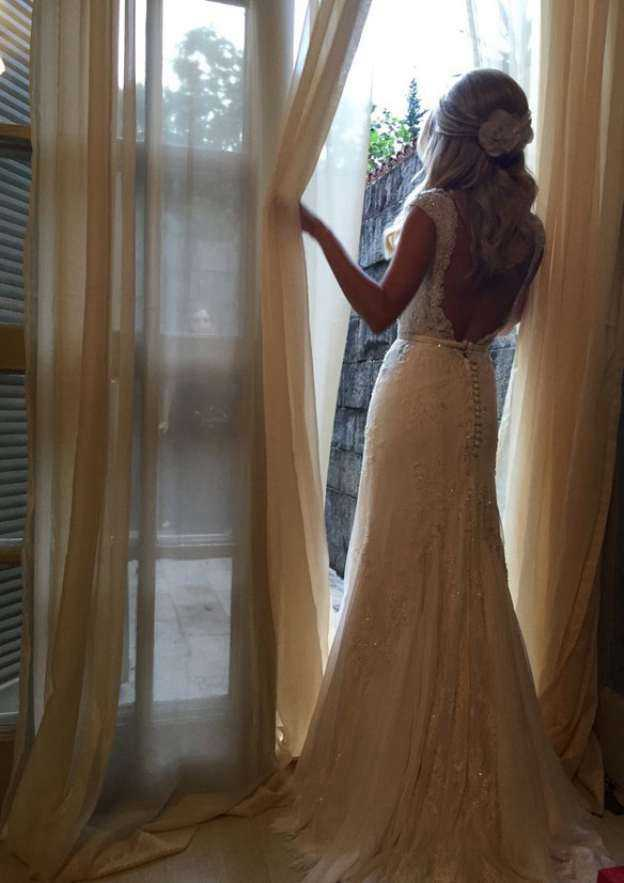 Sheath/Column Sweetheart Sleeveless Court Train Lace Wedding Dress With Appliqued Beading