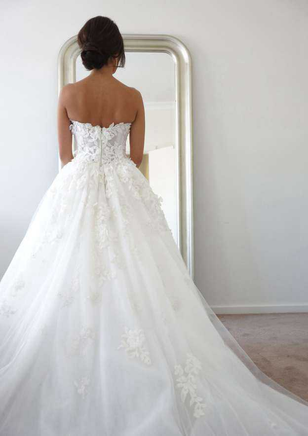 A-Line/Princess Sweetheart Sleeveless Chapel Train Tulle Wedding Dress With Appliqued Beading
