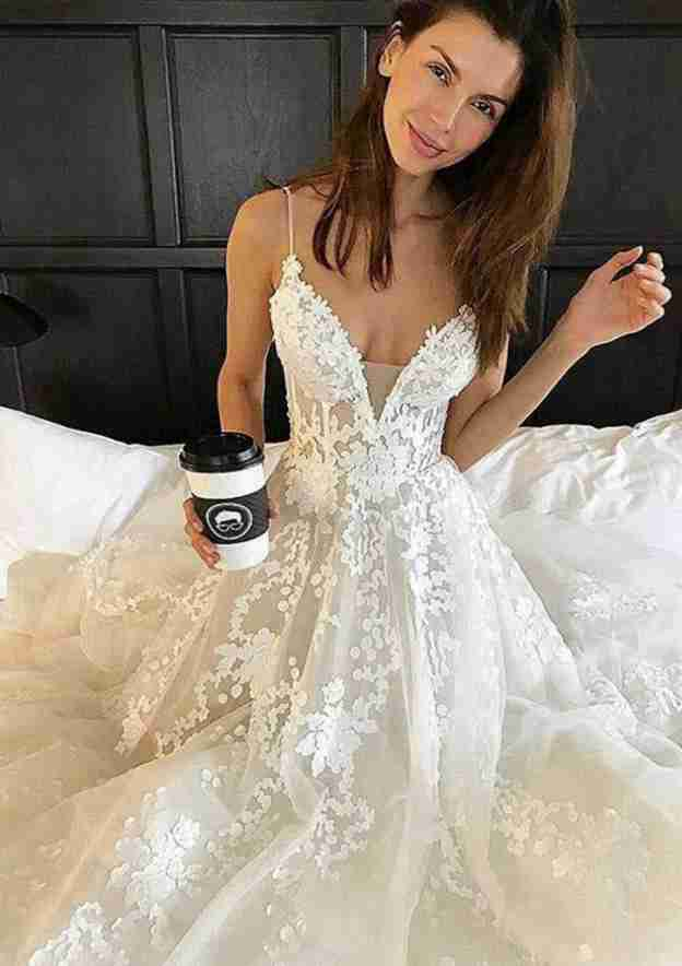 A-Line/Princess Sweetheart Sleeveless Chapel Train Tulle Wedding Dress With Appliqued